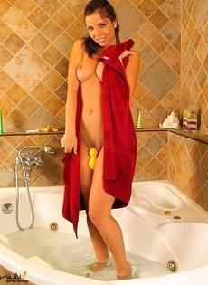 Страстная модель позирует нагой в ванне - фото #