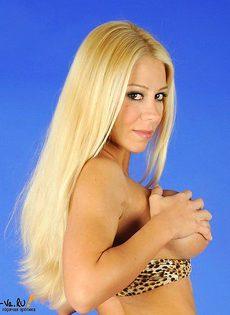 Обаятельная блондиночка приятно демонстрирует пизду - фото #
