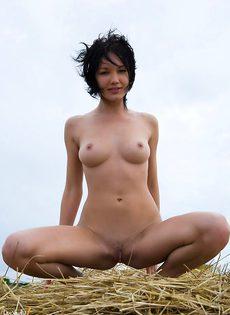 Деревенская сучка позирует обнаженной возле стога с сеном - фото #