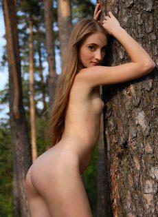 Стройная шлюшка играется со своим клитором в лесу - фото #