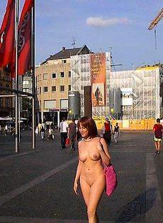Девушки гуляют по городу в голом виде - фото #