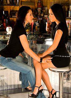 Две брюнетки развлекаются в баре - фото #