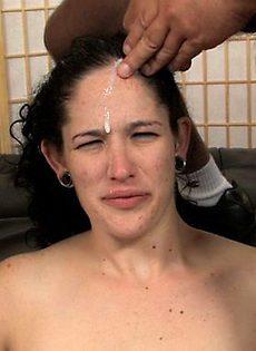 У девки всё лицо в сперме - фото #