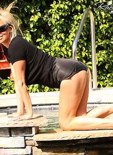 Блондинка обнажается под солнцем - фото #