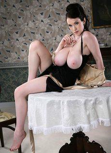 Брюнетка с мега-грудью - фото #