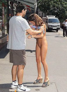 Разделась на оживленной улице - фото #