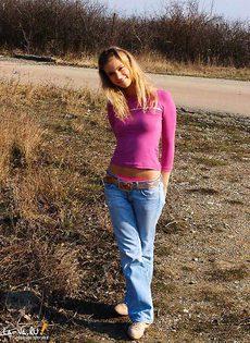 Яна разделась на улице - фото #