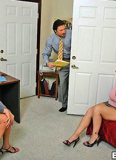 Две секретарши удовлетворили босса - фото #