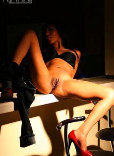 Голая брюнетка за барной стойкой - фото #