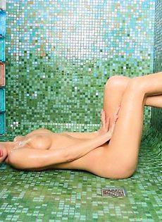 И в душе помылась, и себя показала - фото #