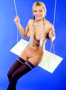 Обнаженная девушка на качелях - фото #