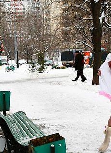 Голая тёлка на улице - у неё новый год - фото #