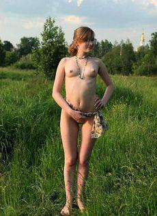Молодая девушка гуляет голышем - фото #