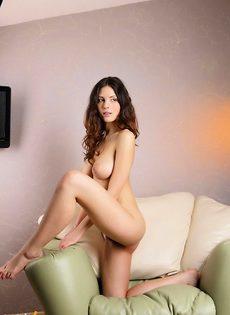 Красавица в спальне - фото #