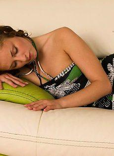 Шикарная девушка на диване - фото #