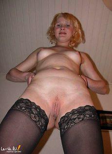 Девка в чулках показывает свои прелести - фото #