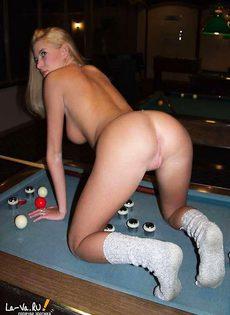 Молодая тёлочка раздевается и позирует на бильярдном столе - фото #