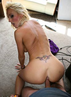 Блондинку трахнули в офисе - фото #
