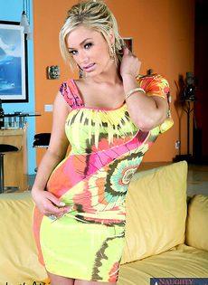 Блондинка принимает член в попку - фото #