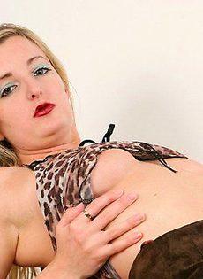 Блондинка с очень махнатой киской - фото #