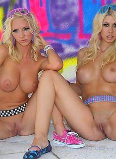Две блондинки трахают себя одним самотыком - фото #
