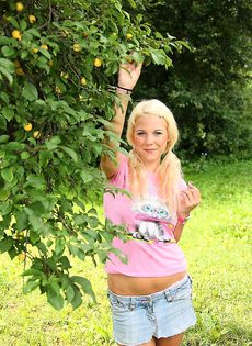 Голая блондинка мастурбируе в лесу - фото #