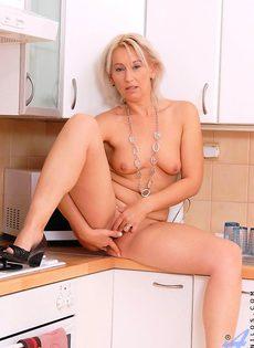 Голая блондинка мастурбирует на кухне - фото #