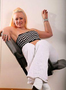 Блондинка выставляет свою попку - фото #
