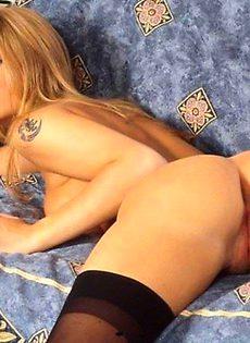 Блондинка мастурбирует пальчиками - фото #