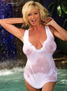 Блондинка с большими сиськами в футболке - фото #