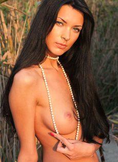 Молоденькая девушка с красивой грудью и гладко выбритой писей - фото #