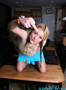 Молоденькая девушка показывает свои прелести - фото #