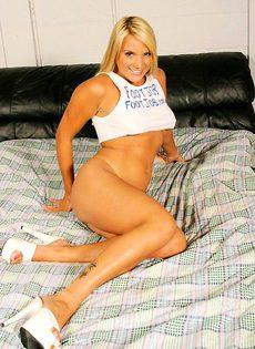 Блондинка дрочит мужику ногами - фото #