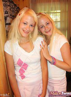 Три молодые блондинки лижут себе киски - фото #