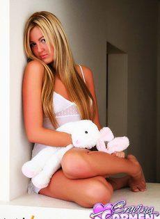 Скромная блондинка в ночнушке - фото #