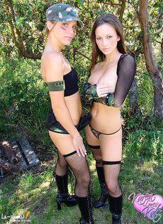 Две обнаженные девушки в лесу - фото #