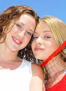 Две подружки обнажились в парке - фото #