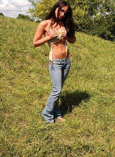 Брюнетка с хорошей попкой в лесу - фото #