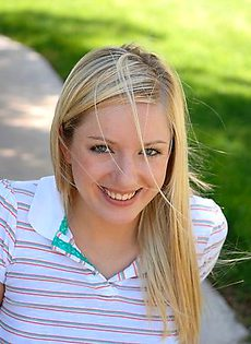 Скромная блондинка трогает киску на улице - фото #