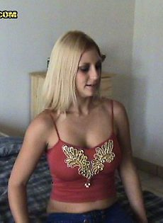 Блондинке натыкали между сисек - фото #