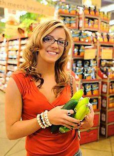 Девушка показывает свои сиськи в супермаркете - фото #