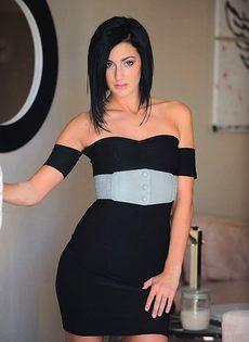 Красивая брюнетка с двумя свечками в вагине - фото #