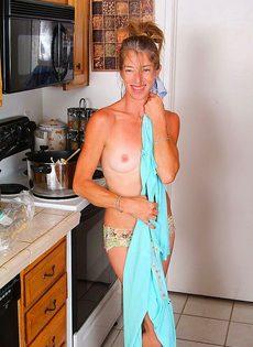 Девушка 40ка лет раздевается на кухне - фото #