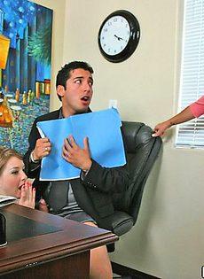 Мужик оттрахал двух девушек на столе - фото #