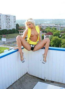 Стриптиз на балконе отдлинноногой блондинки - фото #
