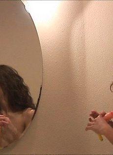 Баба позирует у зеркала - фото #