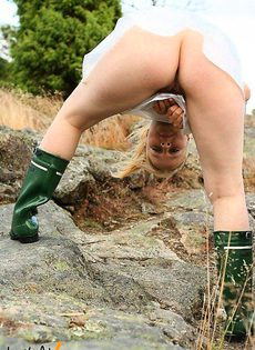 девушка в кирзовах сапогах и дождевике - фото #