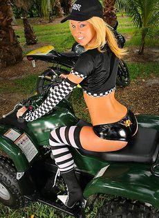Мотоцеклистку трахнули в лесу - фото #
