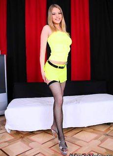 Блондинка принимает сразу два члена - фото #