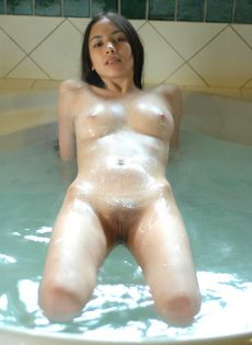 Ната принимает ванну - фото #